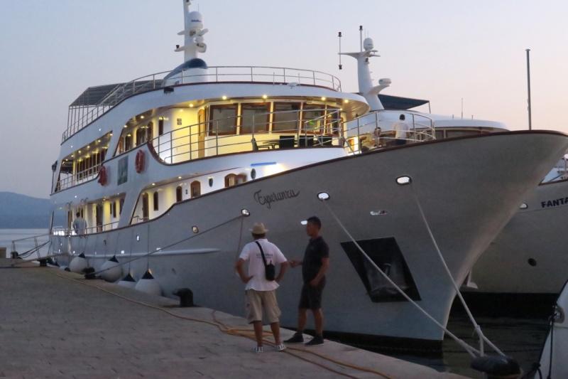 Esperanza docked at Bol