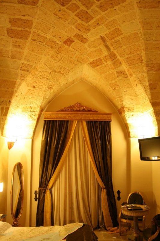 Hotel Kellina arch